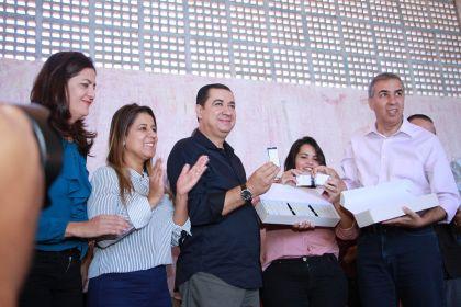 Notícias de Águas Lindas- Governador Zé Eliton e prefeito Hildo do Candango entregam Cartão Renda Cidadã no município
