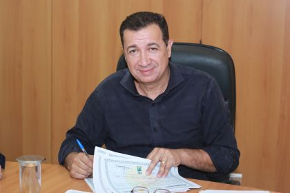 Prefeito Hildo do Candango assina títulos de Legitimação Fundiária