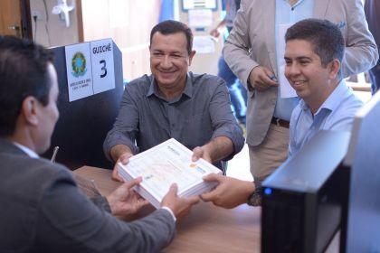 Prefeito Hildo do Candango protocola títulos de Legitimação Fundiária no Cartório de Águas Lindas