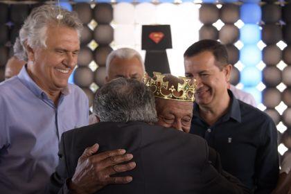 Prefeito Hildo e Governador Caiado fazem coroação do Mister 3ª idade