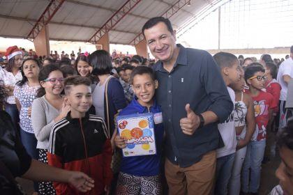 Notícia de Águas Lindas – Prefeito Hildo participa da entrega de brinquedos de Natal nas escolas do município